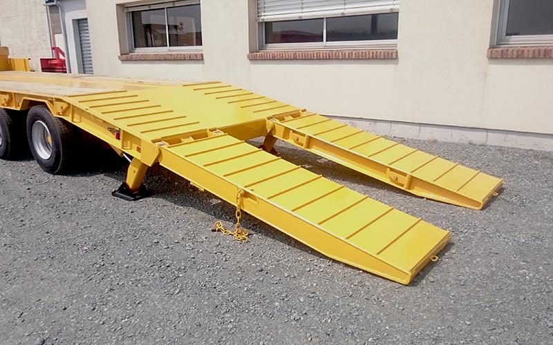 Rampe hydraulique dépliée porte-engins